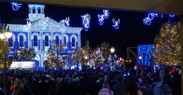 Crowds for the Osborne Lights on a Saturday night can get spectacular in their own way. (Photo by Julia Mascardo)